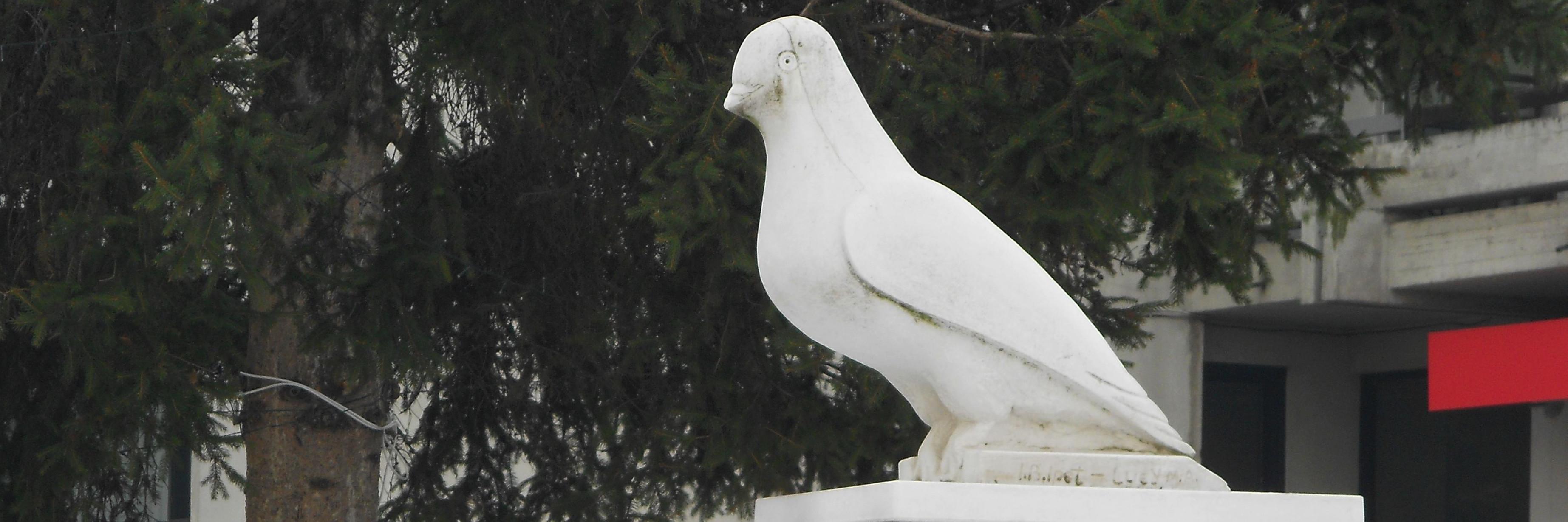 Памятник голубю