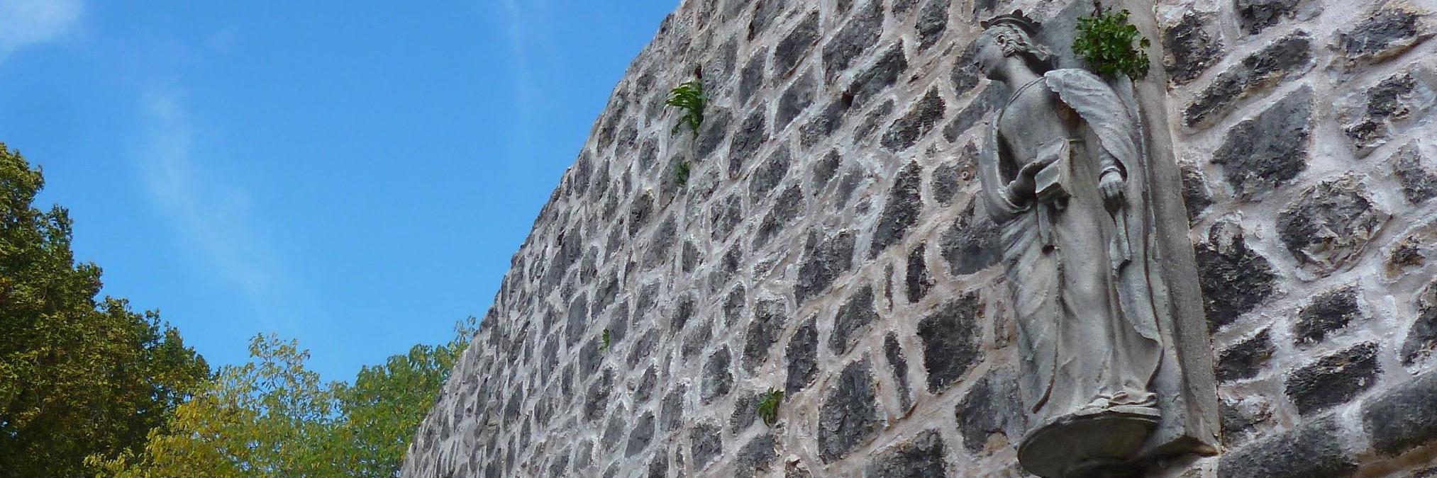 Памятник Елене Анжуйской