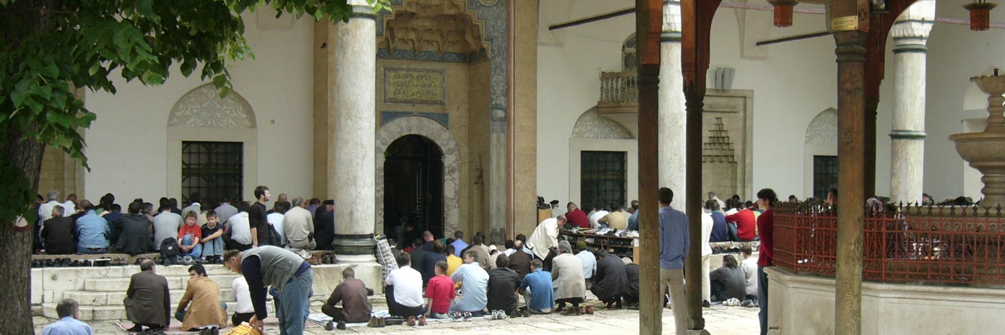 Мусульмане во дворе Беговой мечети в Сараево. Elias Bizannes, CC BY-SA 2.0