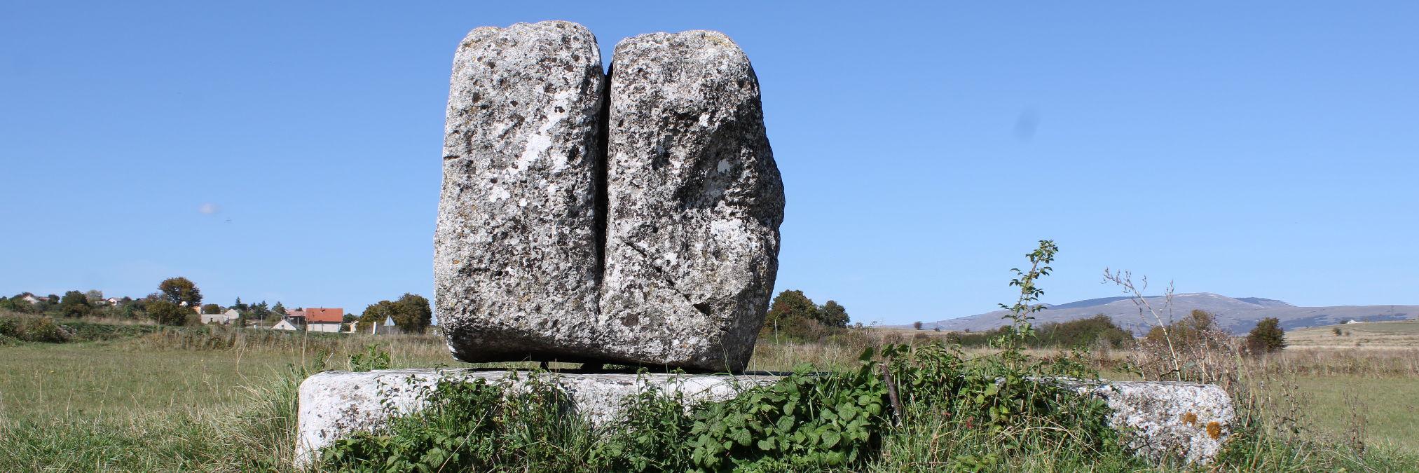 Камень «на три пилька»
